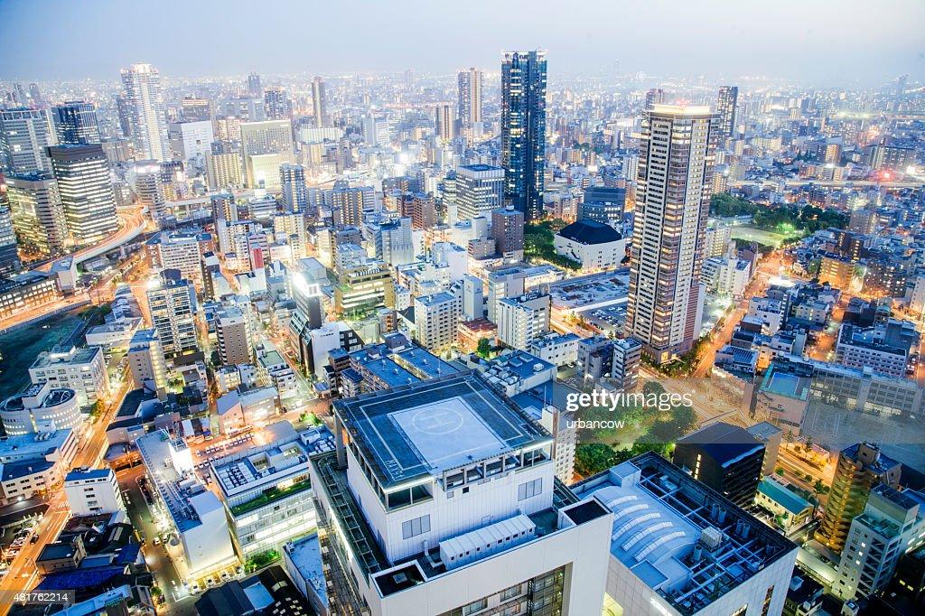 De Osaka cidade à noite, iluminado edifícios altos, Japão : Foto de stock