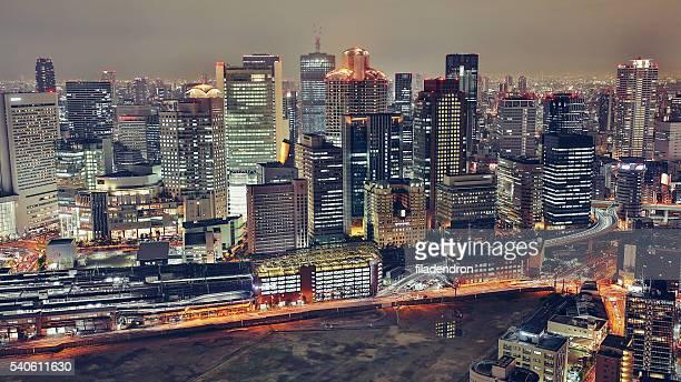 夜に大阪の街並み