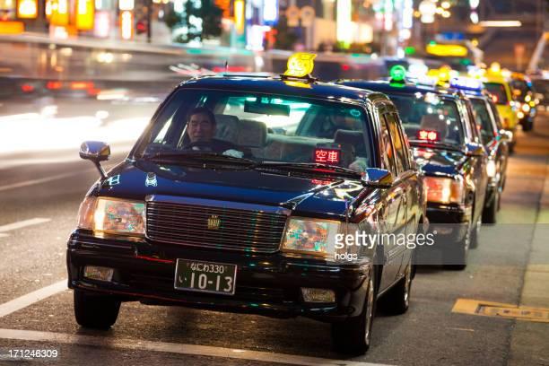 大阪(日本):ブラックのタクシースタンドの列