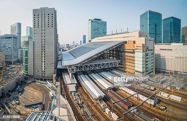 大阪駅鉄道路線プラットフォームと梅田日本の超高層ビル