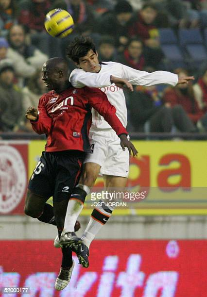 Osasuna Uruguayan Rafa Morales vies with Valencia's Argentinian Fabian Ayala in a Spanish Premier League match at El Sadar stadium in Pamplona 16...