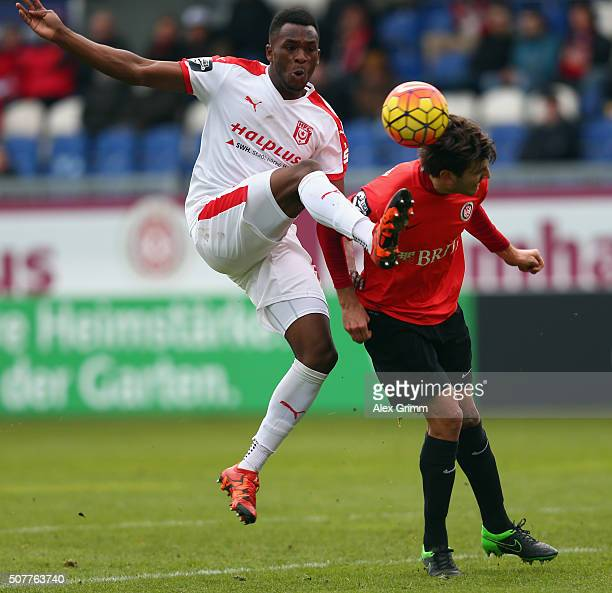 Osayamen Osawe of Halle is challenged by Niklas Dams of Wehen Wiesbaden during the Third League match between SV Wehen Wiesbaden and Hallescher FC at...