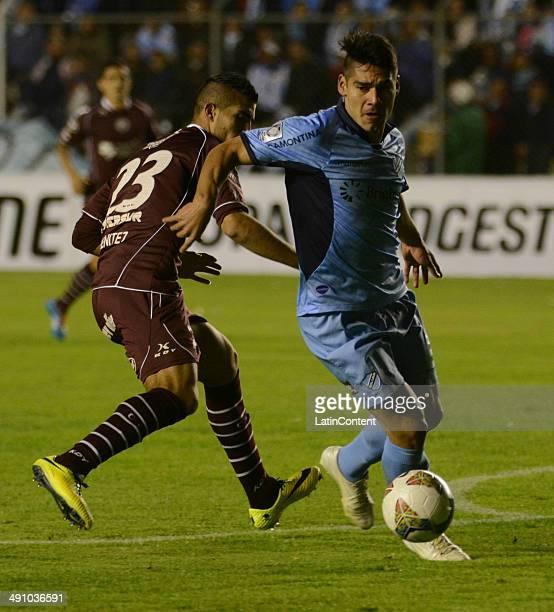 Oscar Benitez of Lanús loses the ball against Luis Gutiérrez of Bolívar during a second leg quarter final match between Bolí'var and Lanúœs as part...