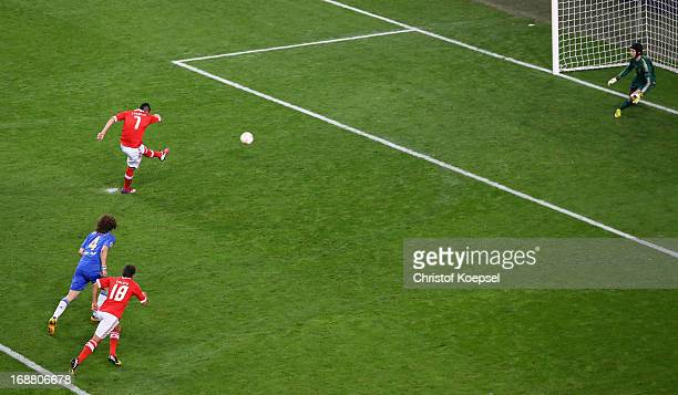 Oscar Cardozo of Benfica scores their first goal from the penalty spot during the UEFA Europa League Final between SL Benfica and Chelsea FC at...