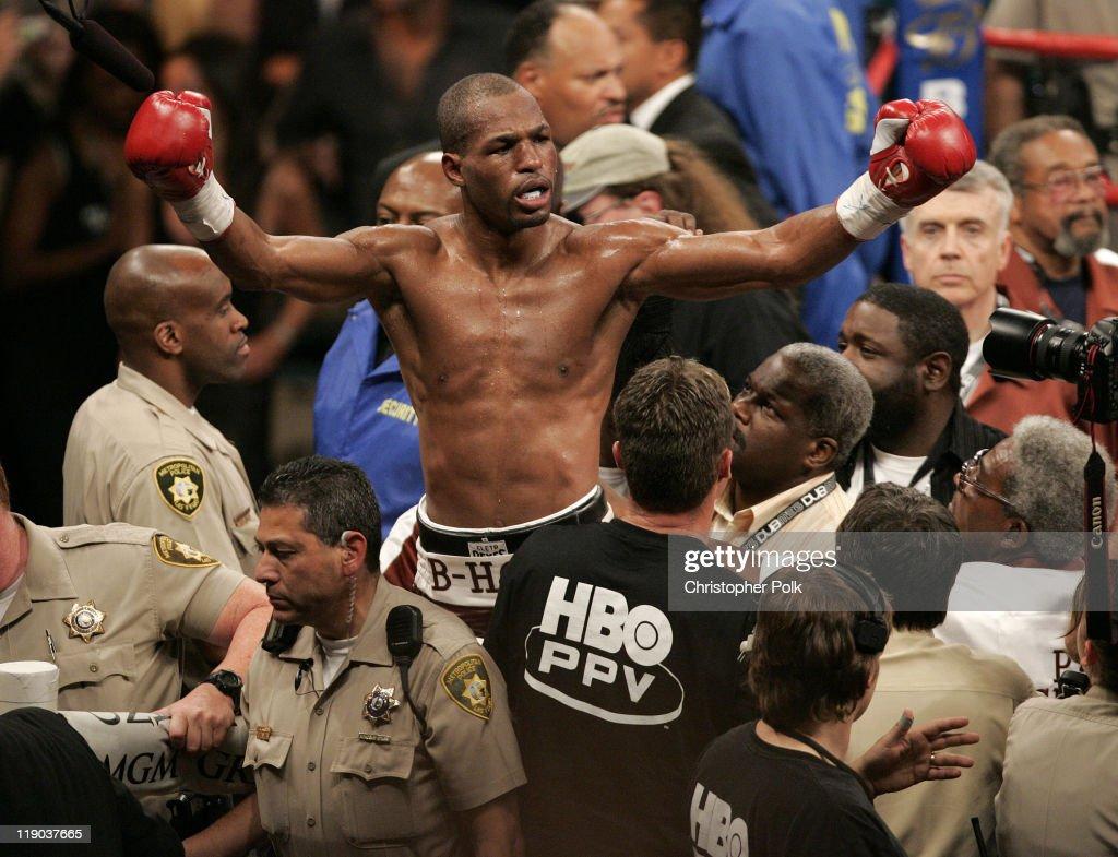 Oscar de la Hoya vs. Bernard Hopkins - September 18, 2004 : News Photo
