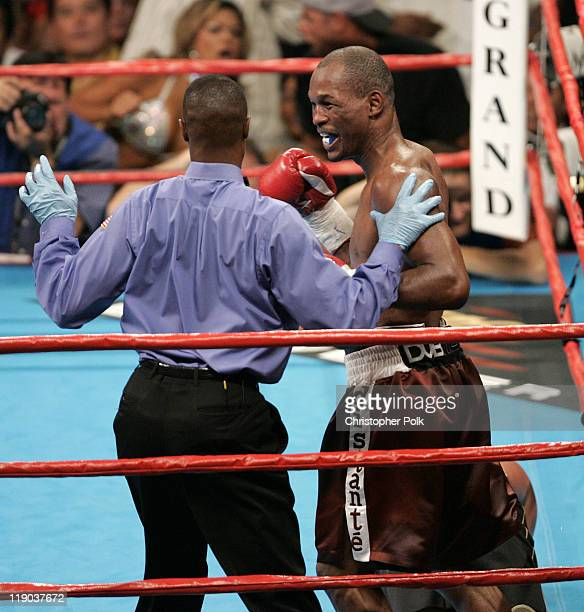 Oscar de la Hoya, black trunks, fights Bernard Hopkins, red trunks, during a WBC/WBA/IBF middleweight title fight at the MGM Grand Garden Arena in...