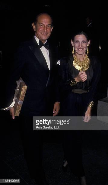 Oscar de la Renta and Annette Reed attend Henry KravisCarolyne Roehm Wedding Reception on September 28 1988 at the Metropolitan Museum of Art in New...