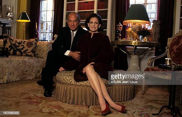 Oscar De La Renta With Family At Home In Connecticut Connecticut juillet 1996 Reportage sur Oscar de la RENTA styliste chez lui Posant avec sa femme...
