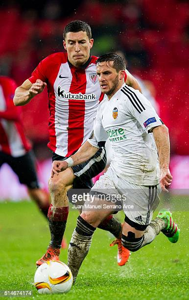 Oscar De Marcos of Athletic Club duels for the ball with Pablo Piatti of Valencia CF during the UEFA Europa League Round of 16 First Leg match...