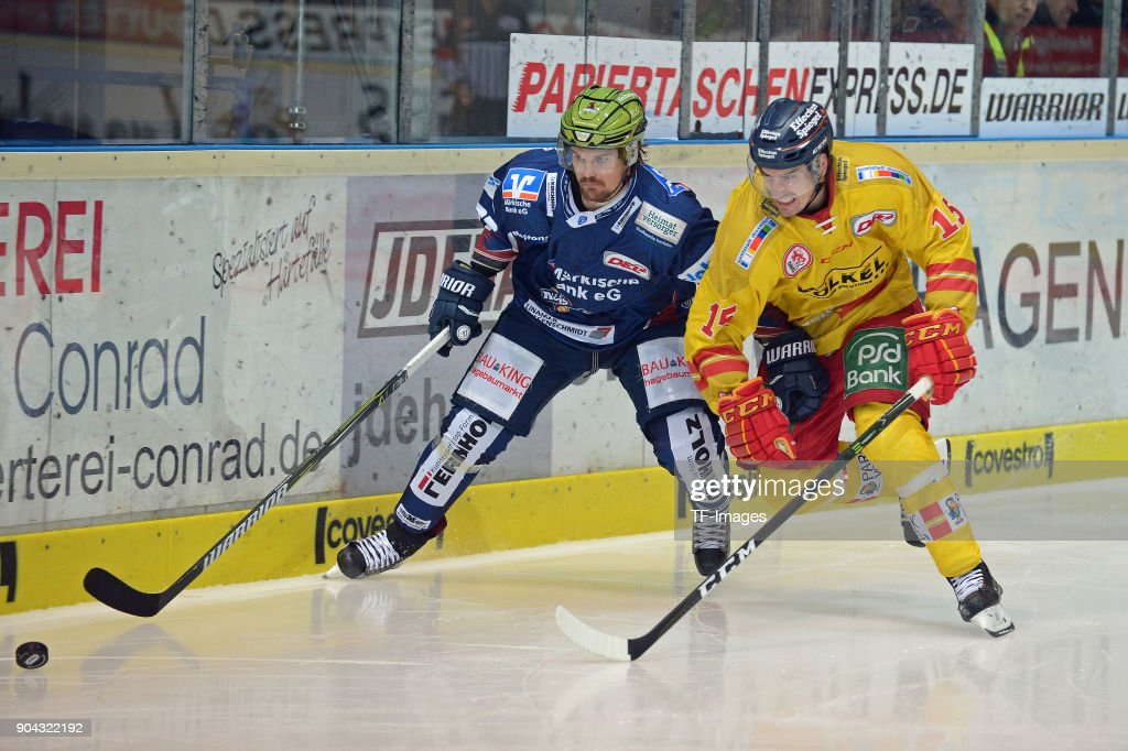 Oscar Eklund of Iserlohn and Spencer Machacek of Duesseldorf battle for the ball during the DEL match between Iserlohn Roosters and Duesseldorfer EG at Eissporthalle Iserlohn on January 12, 2018 in Iserlohn, Germany.