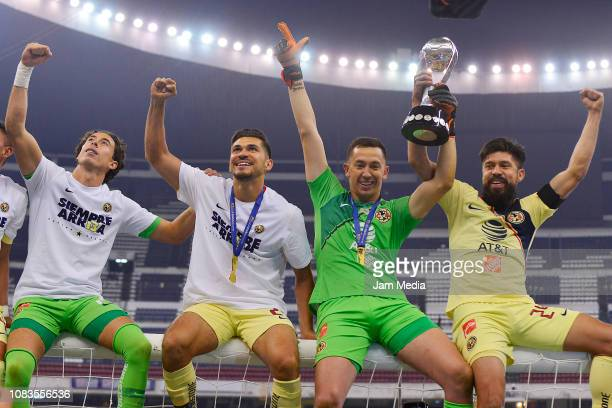 Oscar Jimenez Henry Martin Agustin Marchesin and Oribe Peralta of America celebrate the championship holding the cup during the final second leg...