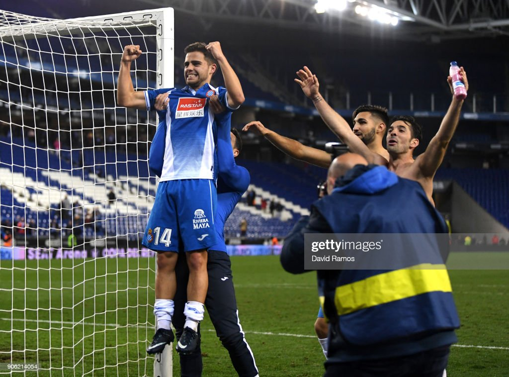 ¿Cuánto mide Óscar Melendo? - Estatura real: 1,65 Oscar-melendo-of-espanyol-celebrates-with-team-mates-after-the-full-picture-id906214054