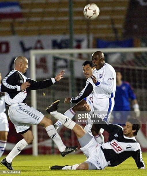 Oscar Morales de Nacional disputa el balón con los jugadores de Danubio Omar Pouso y Diego Rariz durante el partido disputado el 18 de setiembre de...
