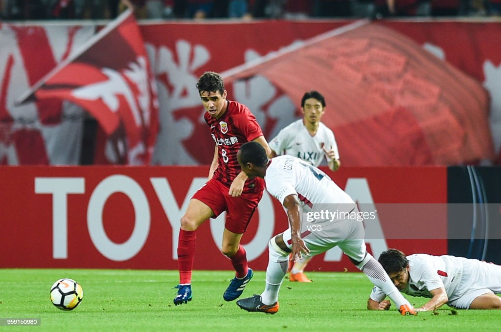 Oscar #8 of Shanghai SIPG and Leo Silva #4 of Kashima Antlers compete for the ball during the AFC Champions League Round of 16 second leg match between Shanghai SIPG and Kashima Antlers at Shanghai Stadium on May 16, 2018 in Shanghai, China.