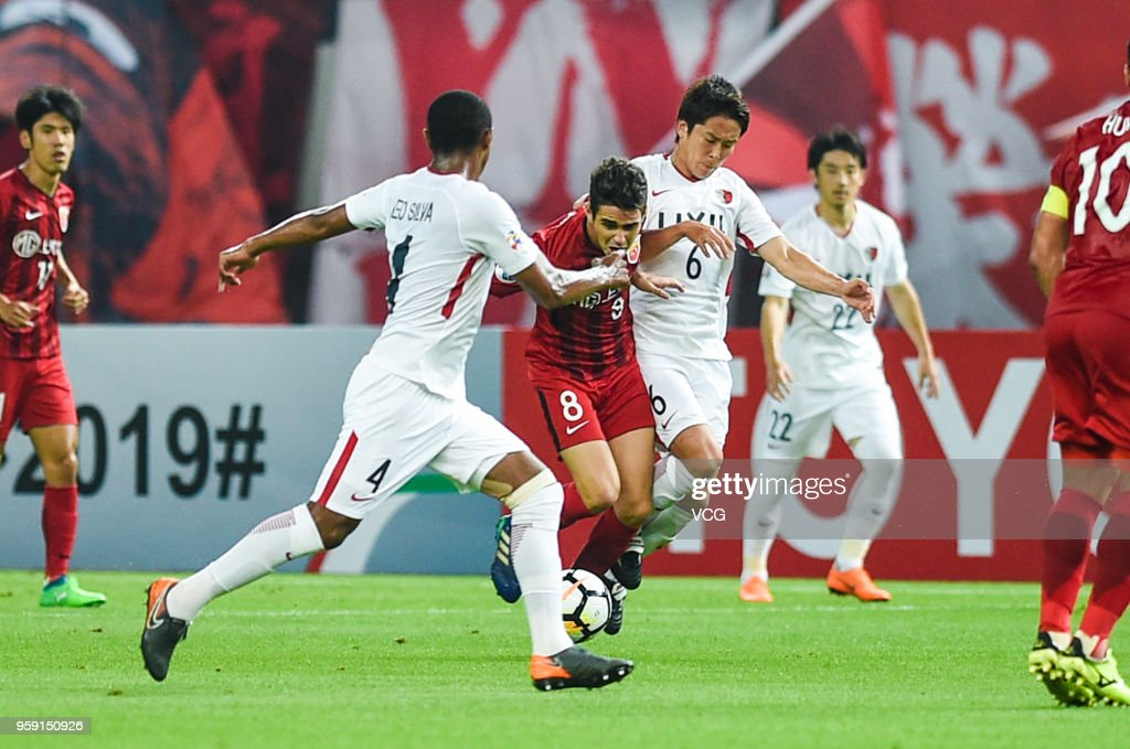 Oscar #8 of Shanghai SIPG and Ryota Nagaki #6 of Kashima Antlers compete for the ball during the AFC Champions League Round of 16 second leg match between Shanghai SIPG and Kashima Antlers at Shanghai Stadium on May 16, 2018 in Shanghai, China.
