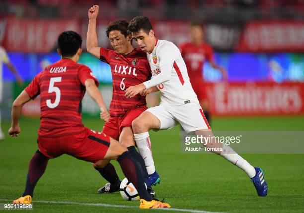 Oscar of Shanghai SIPG controls the ball under pressure of Ryota Nagaki and Naomichi Ueda of Kashima Antlers during the AFC Champions League Round of...