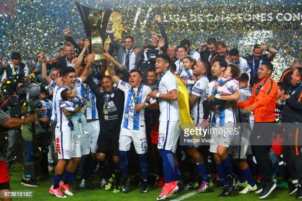 Oscar Perez and Emmanuel Garcia of Pachuca lift the trophy to celebrate with teammates after winning the Final second leg match between Pachuca and...