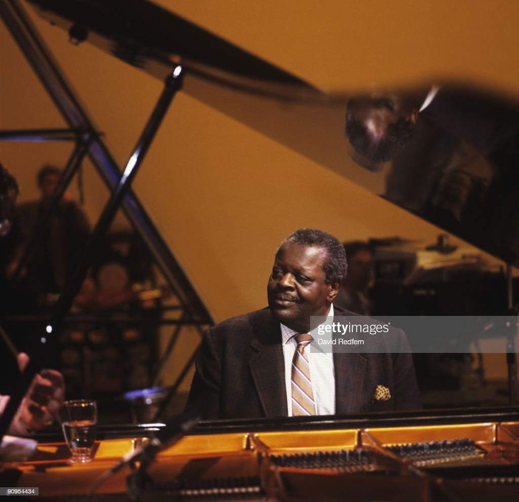 Oscar Peterson Performs On Tv Show : News Photo
