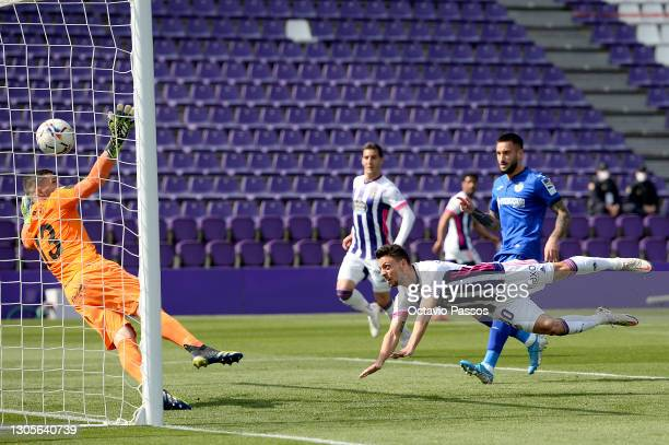 Oscar Plano of Real Valladolid scores his team's first goal past David Soria of Getafe CF during the La Liga Santander match between Real Valladolid...