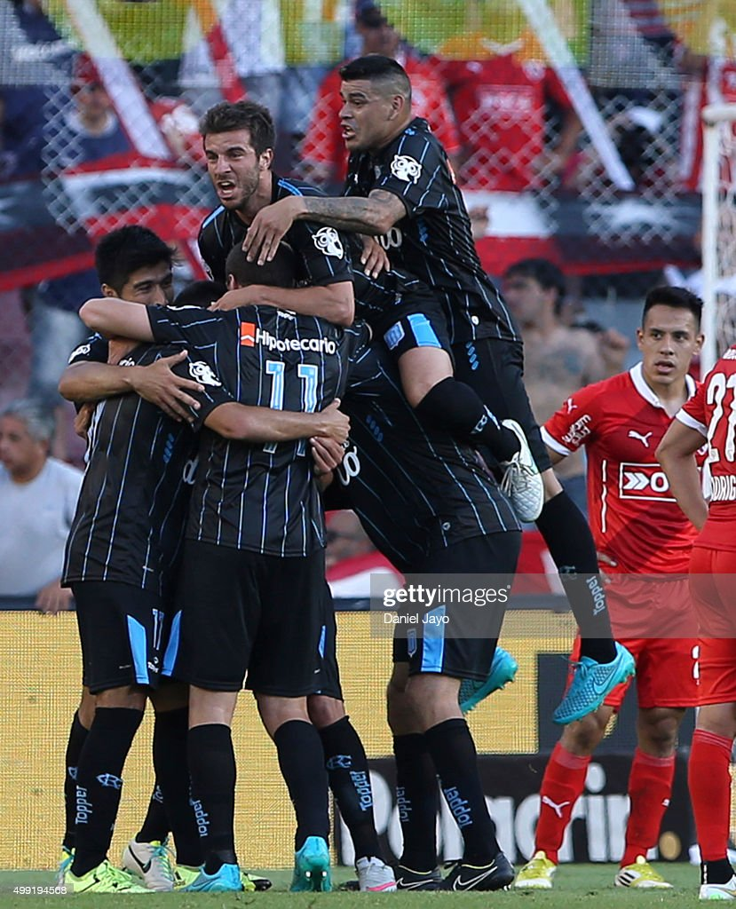 Oscar Romero of Racing Club (L) celebrates with teammates after scoring the second goal of his team during a first leg match between Independiente and Racing Club as part of Pre Copa Libertadores Playoff at Libertadores de America Stadium on November 29, 2015 in Avellaneda, Argentina.