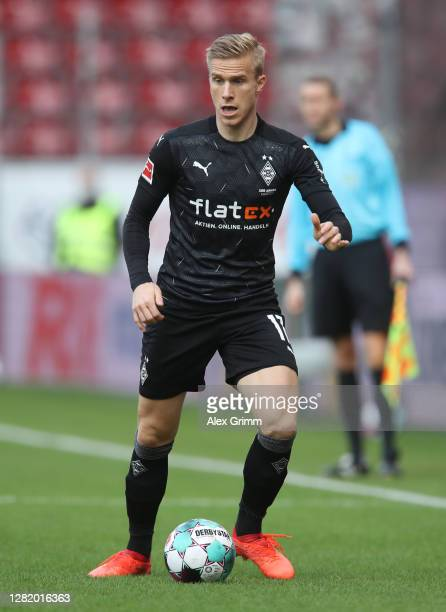 Oscar Wendt of Moenchengladbach controls the ball during the Bundesliga match between 1 FSV Mainz 05 and Borussia Moenchengladbach at Opel Arena on...
