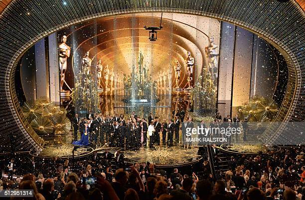 Oscar winners celebrate on stage at the 88th Oscars on February 28 2016 in Hollywood California AFP PHOTO / MARK RALSTON / AFP / MARK RALSTON