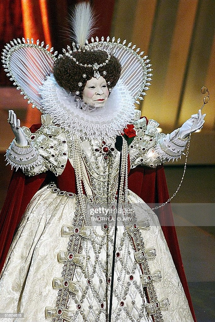 Oscar's Host Whoopi Goldberg, dressed as Queen Eli : Nieuwsfoto's