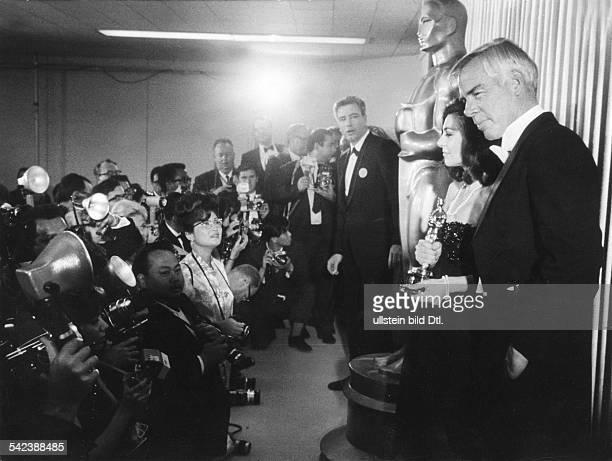 Verleihung in Hollywood: Zwei der Preisträger, Anne Bancroft und Lee Marvin, stellen sich den Fotografen1967