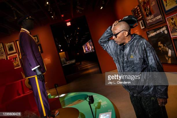 Oscar-winning director Spike Lee discusses the custom Gucci suit he had made in memory of Lakers great Kobe Bryant, for the 2020 Oscars, while taking...