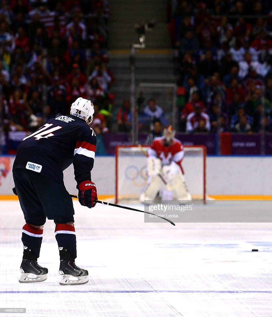 Ice Hockey - Winter Olympics Day 8 - United States v Russia : News Photo