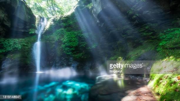 oshiraji falls with sunbeams - isogawyi stockfoto's en -beelden