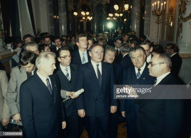 Oskar Lafontaine Ministerpräsident des Saarlandes besucht am die Semperoper in Dresden Hier lauscht er mit Hans Modrow Erster Sekretär der...