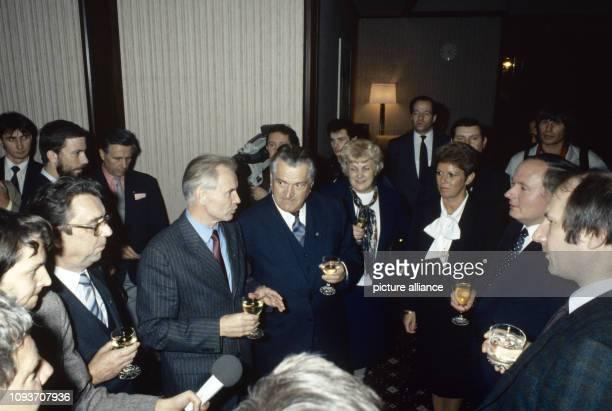 Oskar Lafontaine Ministerpräsident des Saarlandes besucht am Dresden Hier wird er im Hotel Bellevue von Hans Modrow Erster Sekretär der...