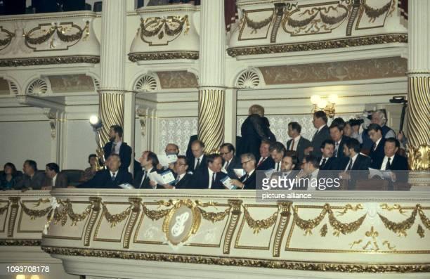 Oskar Lafontaine Ministerpräsident des Saarlandes besucht am die Semperoper in Dresden Hier unterhält er sich mit Hans Modrow Erster Sekretär der...