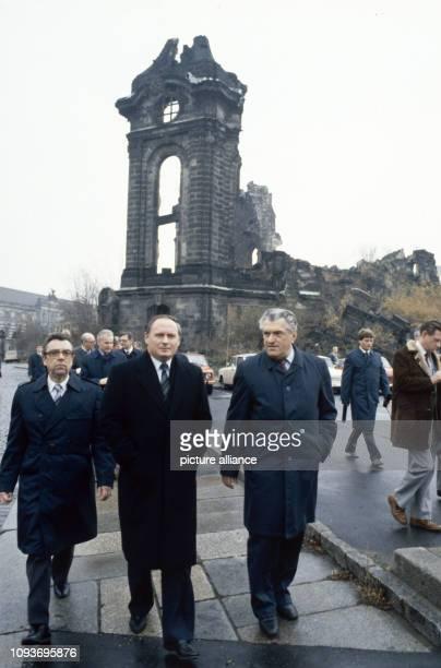 Oskar Lafontaine Ministerpräsident des Saarlandes besucht am Dresden Hier nach der Besichtigung der im Zweiten Weltkrieg zerstörten Frauenkirche mit...
