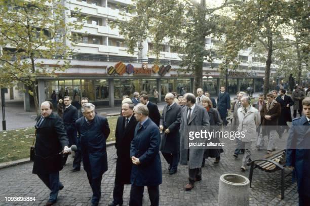 Oskar Lafontaine Ministerpräsident des Saarlandes besucht am Dresden Hier auf der Straße der Befreiung im Gespräch mit Hans Modrow Erster Sekretär...