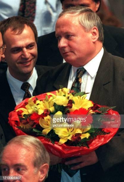 Oskar Lafontaine verhaltene Freude nach der Wahl Li Reinhard Höppner Ministerpräsident von SachsenAnhalt Oskar Lafontaine ist neuer SPDVorsitzender...