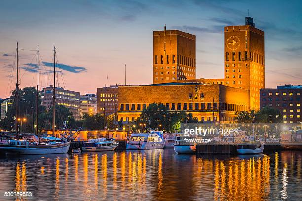 Oslo City Hall landmark Tower con vista porto tramonto illuminato Norvegia