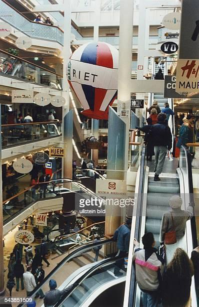 mehrstöckiges Einkaufszentrum am Hafen Rolltreppen verbinden die einzelnen Stockwerke Undatiertes Foto