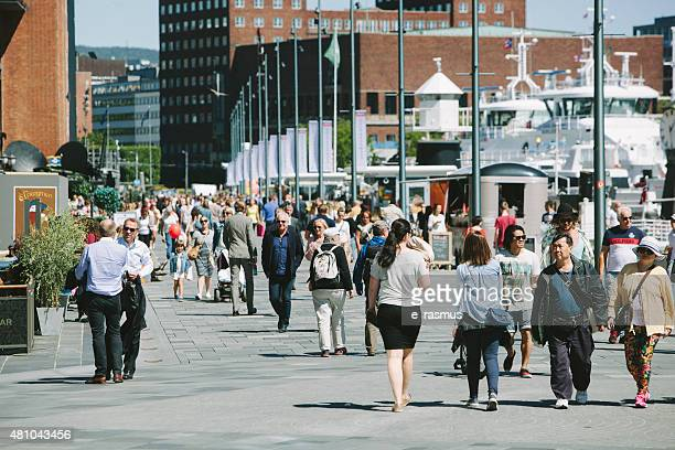 Oslo-Gente caminando en Aker Brygge