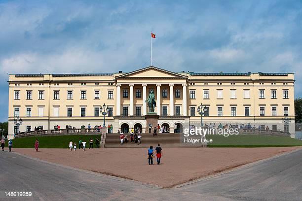 oslo royal palace. - royal palace oslo stock pictures, royalty-free photos & images