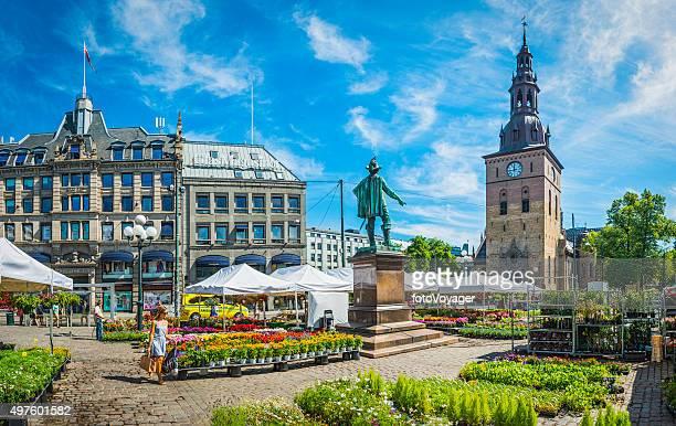 オスロを渡る女性のフラワーマーケットスクエア stortovet ノルウェー - オスロ ストックフォトと画像