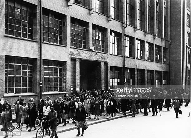 Osram Werk B in der Seestrasse Berlin Wedding Werksangehörige verlassen zum Feierabend die Fabrik 1950