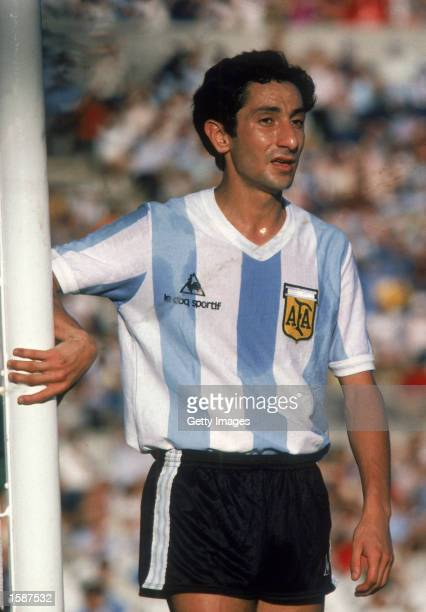 Ossie Ardiles of Argentina guards the near post at a corner kick during an International Friendly match held in January 1981 in Argentina