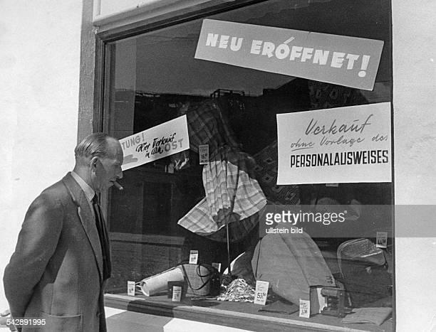 Schaufenster eines HOGeschäftes in der Stresemannstrasse wo auch Westberliner einkaufen können ohne Vorlage des PersonalausweisesJuli 1956Foto Erich...