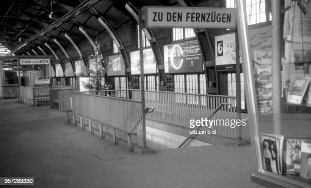 DDR / 1969 / Ostberlin / Ein leerer SBahnsteig mit einem Weihnachtsbaum und eine Treppe mit der Richtungsangabe Zu den Fernzügen auf dem Ostbahnhof...