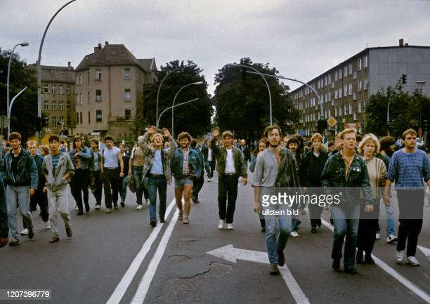 Ostberlin,5. Berliner Rocksommer der FDJ, Fans von Bruce Springsteen bei seinem Konzert im Radstadion Weissensee,Rennbahnstr.