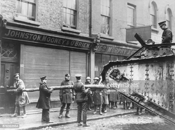 Osteraufstand in Dublin 1916 Britisches Militär bricht mit Hilfe eines Tanks eine verschlossene Tür auf um das Gebäude zu durchsuchen