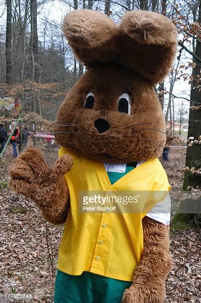 Osterhase 'Hanni Hase' Am Waldrand Ostereistedt Niedersachsen Deutschland Europa Ostern Kostüm Wald Bäume Reise