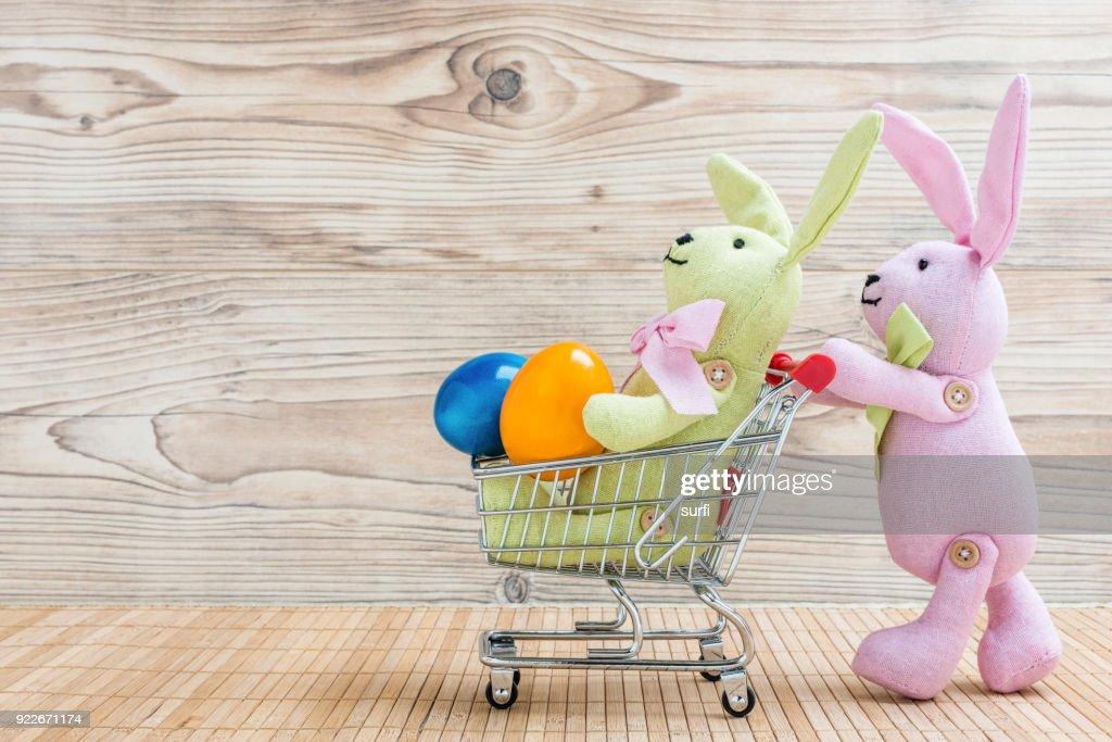 Osterhasen mit Einkaufswagen und Ostereier : Stock Photo